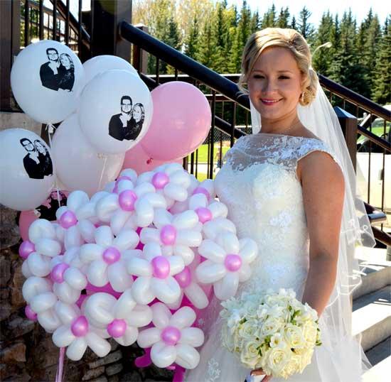balloon modeling at wedding
